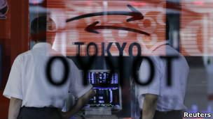 Monitores que muestran fluctuaciones de la Bolsa de Tokio