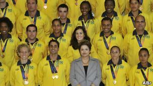 Dilma com atletas nos Jogos Mundiais Militares no Rio, em 2011. Foto: José Cruz/ABr