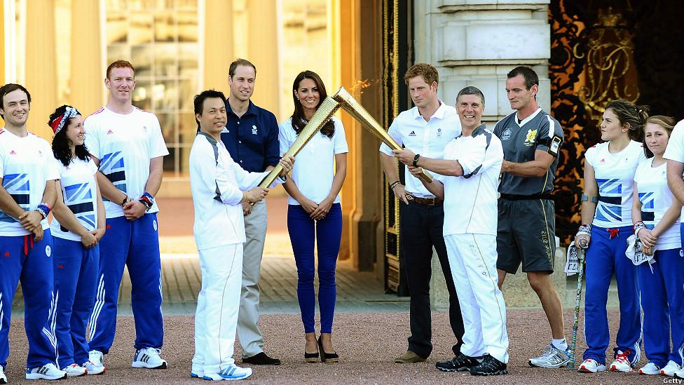 La antorcha olímpica en el palacio de Buckingham.