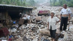 房山灾民在自己被洪水摧毁的家门前