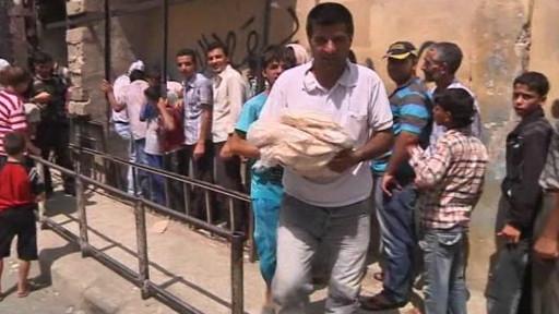 Warga Aleppo antri makanan