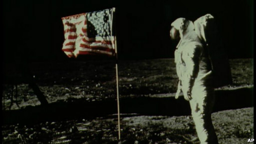 http://wscdn.bbc.co.uk/worldservice/assets/images/2012/07/30/120730143628_buzz_aldrin_flag_moon_512x288_ap.jpg