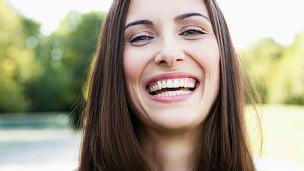 Sonreír, aunque sólo sea con el gesto y uno no se sienta tan feliz, puede tener grandes beneficios en la reducción del estrés y del ritmo cardíaco, muestra un estudio. Sonreir, aunque no nos sintamos tan bien, nos ayuda a reducir los niveles de estrés. Se sabe que cuando una persona se siente bien y contenta suele reflejar esas emociones con una sonrisa. Pero los investigadores de la Universidad de Kansas, Estados Unidos, querían investigar si también ocurre lo contrario. Es decir, ¿puede una sonrisa hacernos sentir bien aunque estemos enfrentando momentos de estrés? Para ello decidieron investigar cómo los