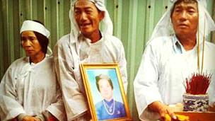 Gia đình đau buồn trong lúc di quan bà Liêng