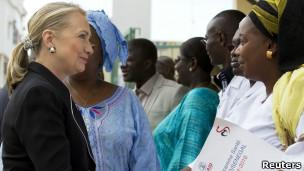 Hillary Clinton katika ziara yake Afrika, akiwa na waziri wa Afya wa Senegal