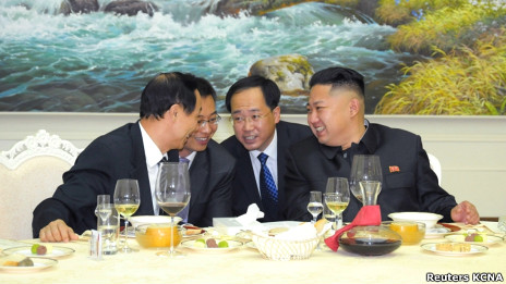 Ông Kim Jong-un tiếp thân mật ông Vương Gia Thụy (bìa trái)