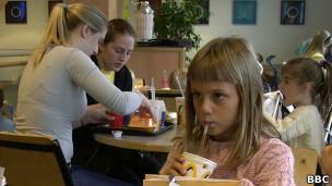 Niños en restaurante de comida rápida