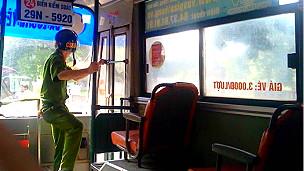 Công an trấn giữ xe buýt bắt giữ người biểu tình  (Ảnh từ blog Nguyễn Xuân Diện)