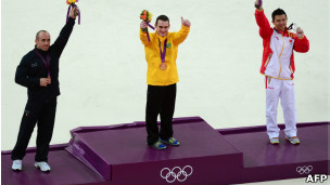 Medallista de oro brasileño Arthur Nabarrete Zanetti, el chino Chen Yibing y el italiano Matteo Morandi .