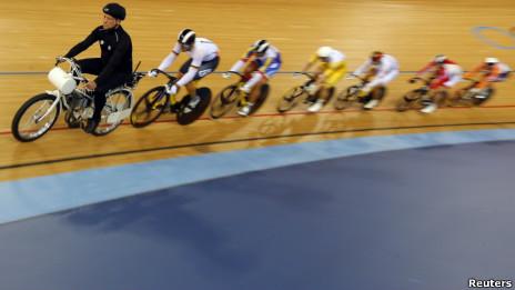 Ciclistas na prova de Keirin. | Foto: Reuters