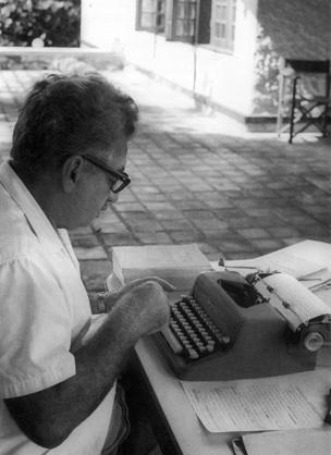 Jorge Amado escrevendo 'Tocaia grande'.