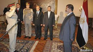 Abdel Fattah al Sissi juramenta ante Mohamed Mursi