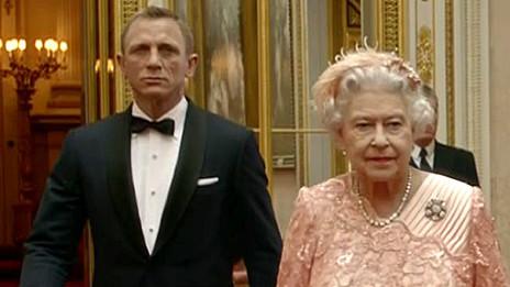 James Bond con la reina Isabel II