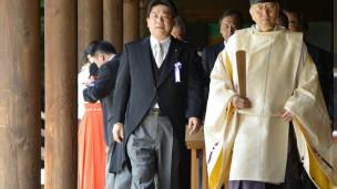 Bộ trưởng Giao thông Yuichiro Hata đến thăm đền Yasukuni