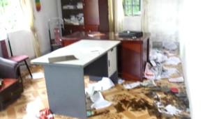 Bên trong trụ sở UBND bị đập phá