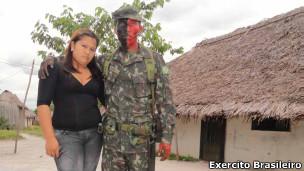 O soldado Edgar Cardoso com sua mulher em aldeia indígena em São Joaquim (foto: Exército/divulgação)