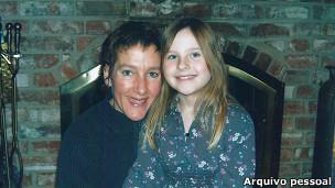 Janet posa ao lado da filha Isabella.