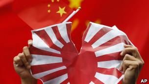 香港反日示威者撕毁日本旗