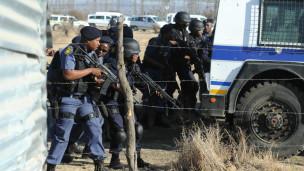 Polisi nje ya mgodi wa Marikana wakati wa mgomo