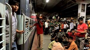 Wafanyakazi wanasubiri treni kuondoka Bangalore