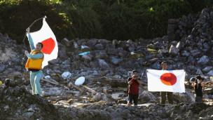 Người Nhật giương quốc kỳ trên đảo tranh chấp