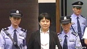 Bà Cốc Khai Lai bị dẫn giải vào phòng xử án