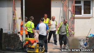 Trabajadores rompen la pared en Aberdare
