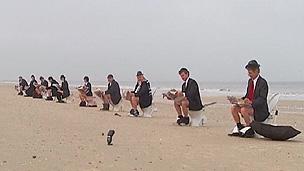Manifestantes enfrentaram manhã fria para protestar em praia (BBC)