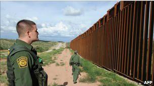 Soldado patrulha fronteira com México
