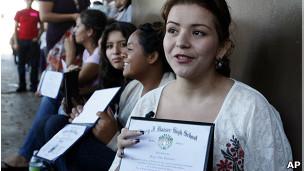 Latina con diploma escolar