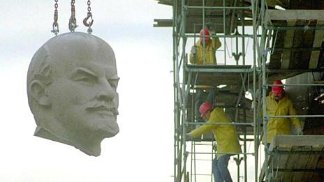 Estatua de Lenin es removida tras la caída del comunismo