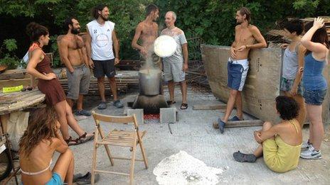 Miembros de la ecoaldea en Grecia