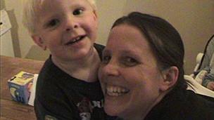 Jo Lyall y su hijo