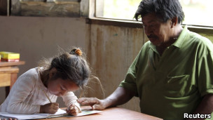 Criança de origem indígena em escola paraguaia (foto: Reuters)