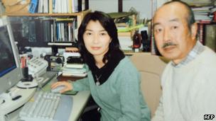 山本的父親(右)是《朝日新聞》的退休記者(資料照片,1998)。