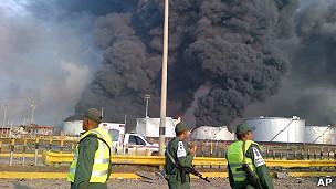 La refinería en llamas