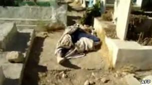 Imagem de vídeo supostamente mostra corpo encontrado na cidade de Darayya. | Foto: AFP