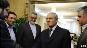 Vice-presidente sírio Faruq al-Sharaa recebe delegação do Irã. | Foto: AFP