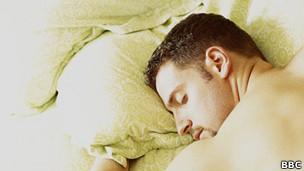 Homem dormindo | Crédito da foto: BBC