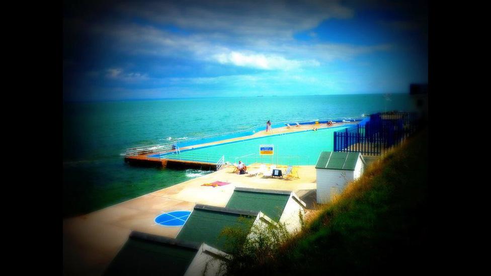 Trajes De Baño Mar Azul:Agarra tu traje de baño! ¡El agua está azul, aunque un poco fría