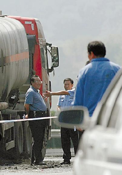 """有网友""""人肉搜索""""后发现这名官员与陕西省安监局局长杨达才高度接近"""