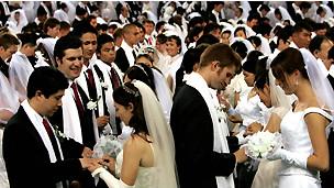Y AHORA QUE BRASIL, HABRE LA PUERTA A LA POLIGAMIA, QUE VAMOS A HACER? , SOMOS TAN ABIERTOS DE MENTE QUE TAMBIEN TERMINAREMOS ACEPTANDOLO 120829092738_wedding__304x171_unknown_nocredit
