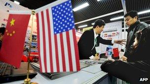 Banderas china y estadounidense en una oficina