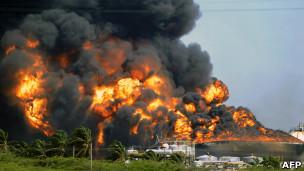 Refinería de Amuay en llamas