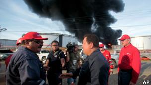 Hugo Chávez hablando frente a las cámaras junto a la refinería de Amuay