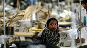 Trabajadora de una fábrica textil en las afueras de Dhaka, Bangladesh
