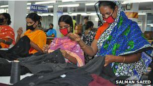 Trabajadoras en una fábrica de ropa de las afueras de Dhaka, Bangladesh