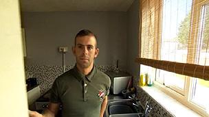 Ashley Murtough encontrou aranhas durante limpeza em armário da cozinha (BBC)