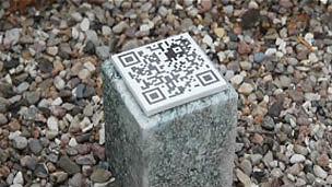 Dorthe Frydenlund carga un ramo de flores mientras camina por un cementerio en Roskilde, Dinamarca, para recordar a su padre, Bent, quien falleció hace unos meses. Ella es una de las personas que está innovando en la forma como se conmemora a los muertos, pues cerca de las flores coloridas que descansan sobre la tumba hay un chip que se conoce como un código de respuesta rápida o código QR. Nikolai, el hijo de Frydenlund de 14 años, tiene un teléfono inteligente con un programa para leer esos códigos, que descargó de internet de manera gratuita. Nikolai se arrodilla, escanea