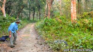 Neil Carter colocando cámaras trampa en Nepal